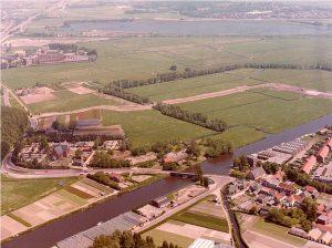 De weilanden waar Haaswijk en de Morsebel gebouwd zullen worden. Links van de brug over het Oegstgeesterkanaal boerderij Haaswijk en het Groene Kerkje. Toen deze foto in augustus 1979 werd genomen werd de loop van de eerste straten van Haaswijk zichtbaar.