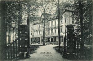 Prentbriefkaart van Sanatorium Rhijngeest uit 1915, later de Jelgersmakliniek en vanaf 1999 het gemeentehuis van Oegstgeest